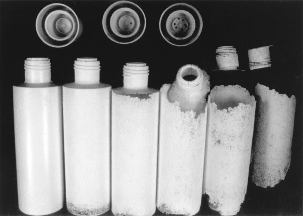 Botella de bioplástico al cabo de 10 semanas a la intemperie.